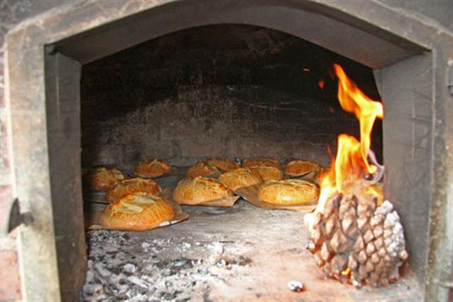 Bolo de Ançã, Doces de Ançã, Bolo de Ançã a cozer no forno a lenha